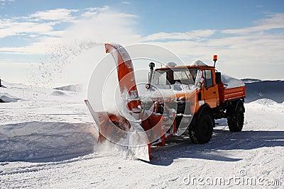 SNOW THROWING MACHINE