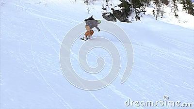 Snowboarder que cinzela no pó video estoque