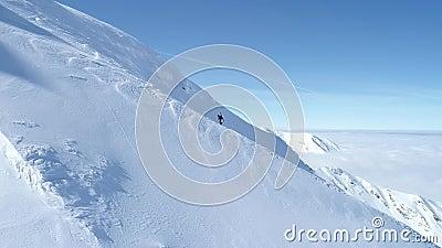 Snowboarder que escala acima um cume video estoque