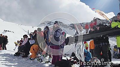 Snowboarder und Skifahrer applaudieren auf Skiort Wettbewerb-Lächeln herausforderung stock footage