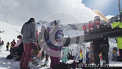 Snowboarder und Skifahrer auf Skiort sonnig Mädchentanz Lächeln herausforderung stock footage