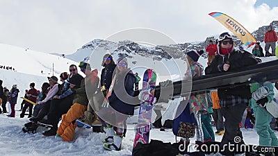 Snowboarder und Skifahrer auf Skiort Sonniger Tag des Wettbewerbs Lächeln herausforderung stock video footage