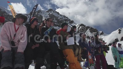 Snowboarder und Skifahrer auf Skiort Wettbewerb-Applaus Lächeln herausforderung stock footage
