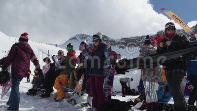 Snowboarder und Skifahrer auf Skiort Wettbewerb-Mädchentanz Lächeln herausforderung stock footage