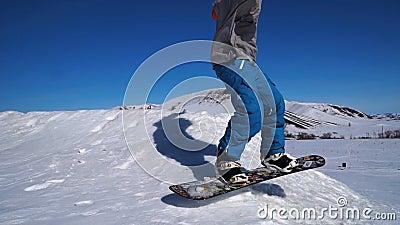 Snowboarding que salta em um retrocesso video estoque
