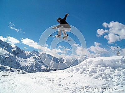Snowborder die (meisje) springt