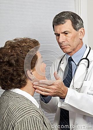 Síntomas de la gripe del doctor Checking Female Patient For