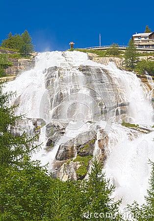 Sob uma cachoeira, rio do toce
