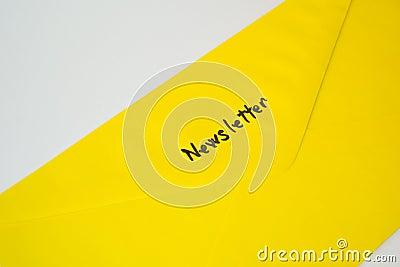 Sobre amarillo de la suscripción