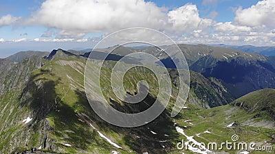 Sobre la yegua máxima de Vistea - el tercer pico más alto - montañas de Fagaras - Rumania almacen de metraje de vídeo