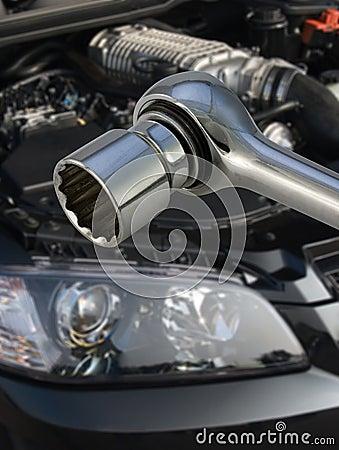 Socket spanner and engine