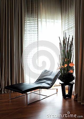 Sofá largo por la ventana