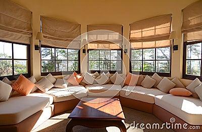 Vardagsrum vardagsrum klassiskt : Soffa Av Silkespappret I En Klassisk Vardagsrum Arkivfoto - Bild ...