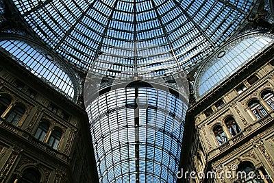 Soffitto di vetro del passaggio di Umberto a Napoli, Italia.