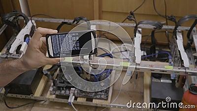 Software de Smartphone usado para minar el aparejo del cryptocurrency sostenido por el comerciante - almacen de metraje de vídeo