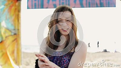 Soggiorno felice della ragazza sulle ginocchia sulla spiaggia Giorno pieno di sole di estate carefree trascurato video d archivio