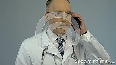 Soignez appeler le patient, service de consultation médicale par le téléphone, soins de santé banque de vidéos