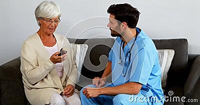 Soignez expliquer une bouteille de pilules au patient supérieur banque de vidéos