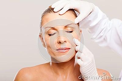 Soignez la peau de examen