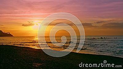 Sol dramático e céu ensolarado em variedades de cores azul, vermelho, laranja, amarelo e roxo, no mar video estoque