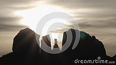 Sol místico e nuvens por trás das formações rochosas de Sedona Abrandam os períodos de descanso filme