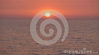 Sol vermelho no mar video estoque