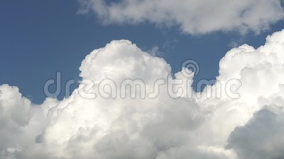 Solamente cielo azul con la nube blanca metamórfica grande del movimiento rápido Cantidad completa del Time Lapse de HD metrajes