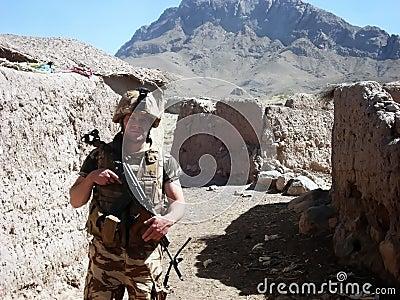 Soldado en un camino