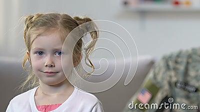 Soldado feliz que olha a filha pequena, defesa da futura geração, profissão video estoque