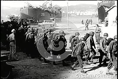 Soldados largos do tiro que chegam na cidade rasgada guerra vídeos de arquivo
