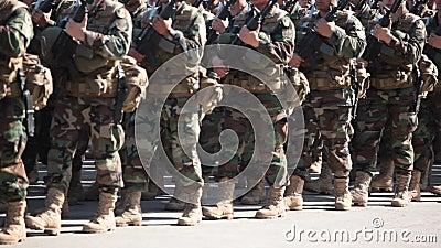 Soldados na marcha uniforme camuflada video estoque