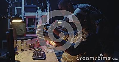 Soldados que utilizam fones de ouvido e luvas VR video estoque
