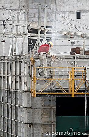 Soldadura del trabajador de construcción