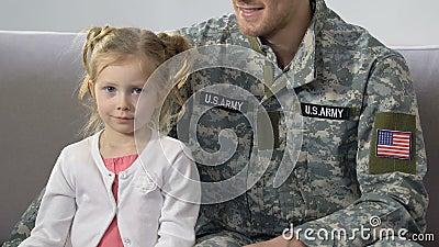 Soldat américain étreignant la fille mignonne tenant le drapeau national, patriotisme clips vidéos