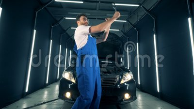 Soldat tanzt nahe einem Automobil mit Instrumenten in seinen Händen stock footage