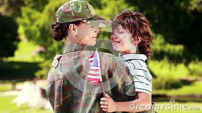 Soldat wiedervereinigt mit ihrem Sohn stock footage
