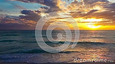 Solnedgång över ett tropiskt hav Resa resväskan med seascapeinsida lager videofilmer