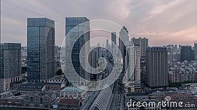 Solnedgång för skymning för timelapse för landskap för Wuhan Kina stads- modern stadshorisont lager videofilmer