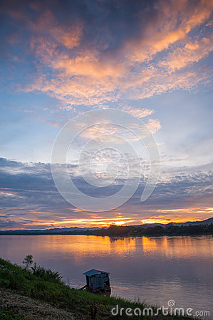 Solnedgång i floden.