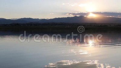 Solnedgång på Lagerman Res med kanot 01 stock video