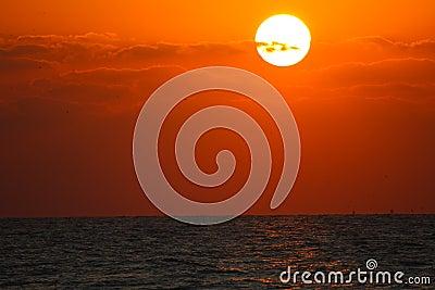Solnedgång eller soluppgång över havet