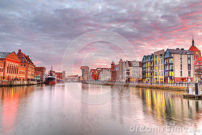 Solnedgång i gammal town av Gdansk på den Motlawa floden