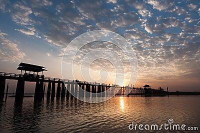 Solnedgången på Uen Bein överbryggar, Myanmar