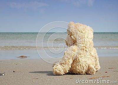 Solo y deprimido en la playa
