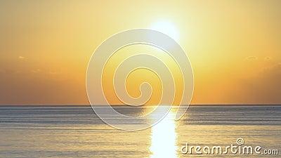 Soluppgång över havet Dawn över horisonter, hav, vatten - tidslinje eller hyperlapse Red cloudy sky Solbana på vatten arkivfilmer