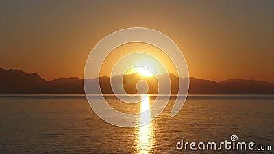 Soluppgångtimelapse, varm morgon för sollöneförhöjning, zoom ut arkivfilmer