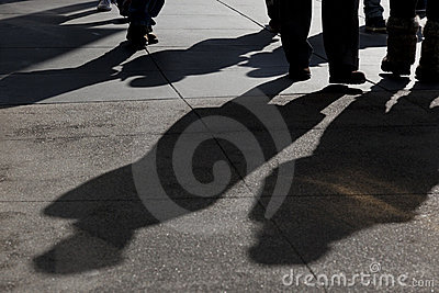 Sombras de recorrer de la gente