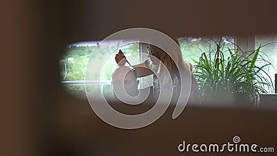 Somebody podpatruje przez pęknięcia, gdy dziewczyna, tatuażu mistrz, mehendi artysta robi rysunkowi henna tatuaż na skalpie zbiory wideo
