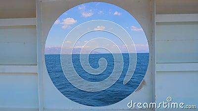 Sommersaison vom runden Fenster der Yacht Wassertransport Reisekonzept Meerblick von der Kabine aus stock video