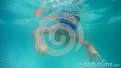 Sommertag Das Kind schwimmt unter Wasser in einer Tauchbrille Mobiles Heim-Schwimmbad stock video